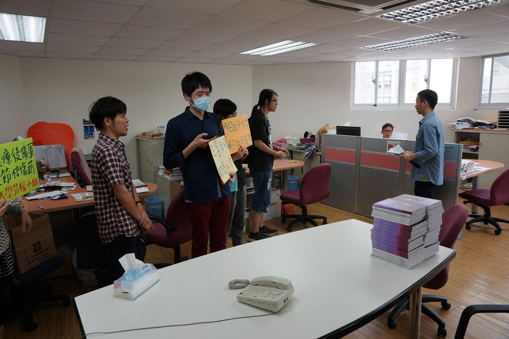 勞權小組在記者會後進入學務處遞交陳情書。(攝影:王顥中)