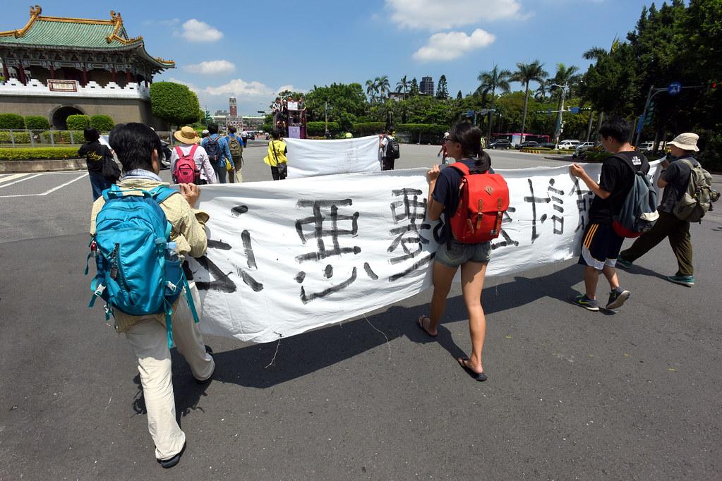 遊行隊伍朝向總統府前進。(攝影:宋小海)