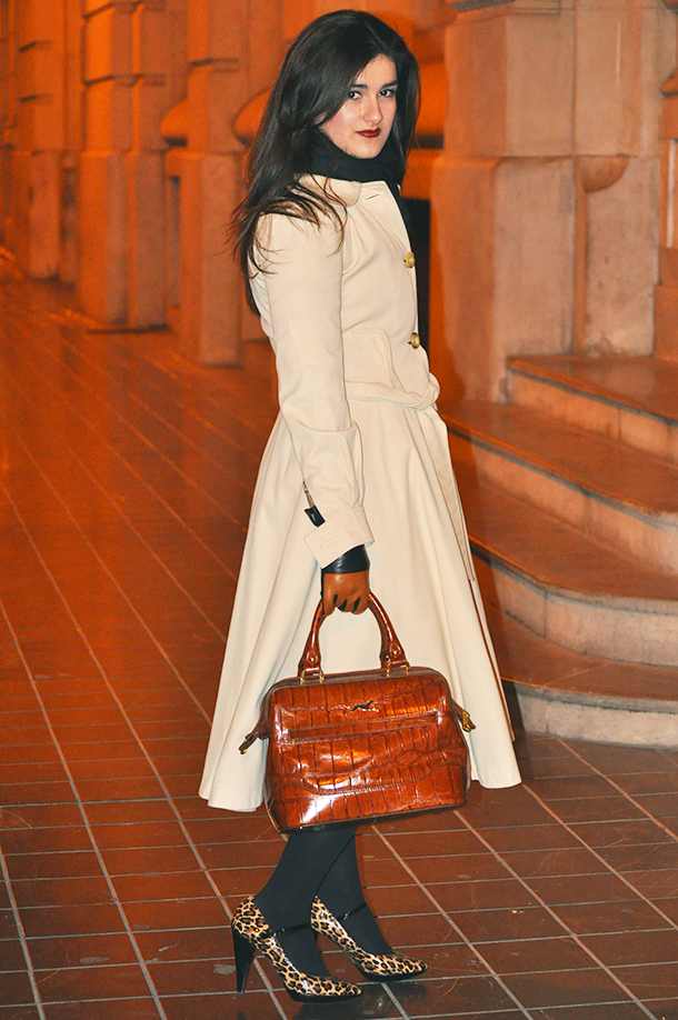 something fashion blogger valencia spain mode, gabardine burberry dress brown classy, bimba & lola bag, yono taola skirt falda, out-in vintage valencia outlet, guess leopard print shoes heels