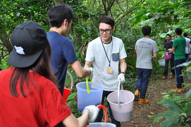 志工以接力方式完成碎石子鋪路。攝影:陳孟薇。