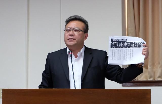 立委蘇震清以「6成民眾不信任台電」的報導質詢經濟部與台電 攝影:陳文姿