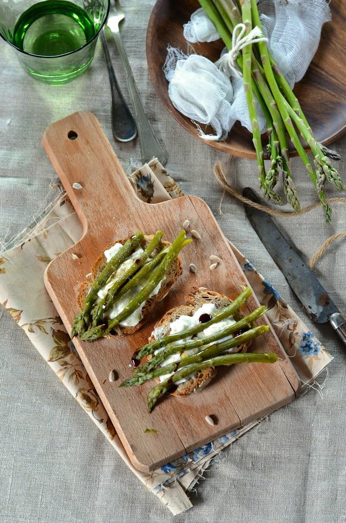 Bruschetta aux asperges grillées et burrata