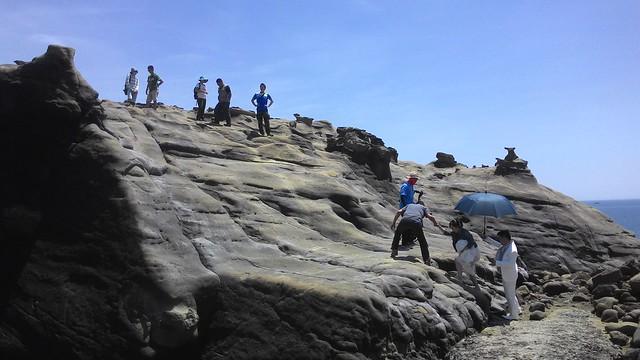 地形高低差、岩面光滑,阻擋不了人們前來取美景拍攝婚紗。攝影:林倩如。