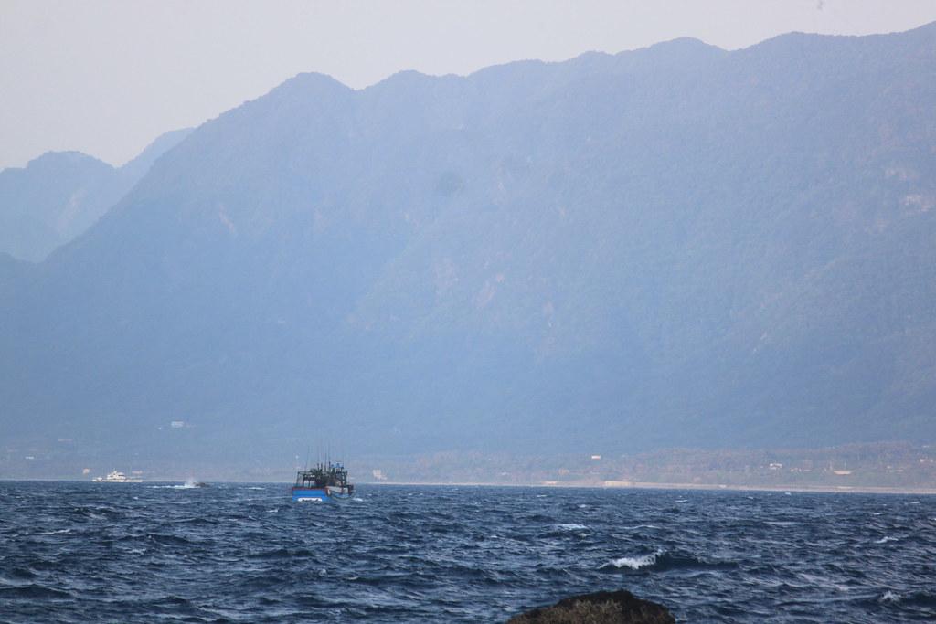 海岸山脈下的小鎮,在陸上工作的人們可能才剛睡醒,在海上工作的人們已經展開一天工作 ...