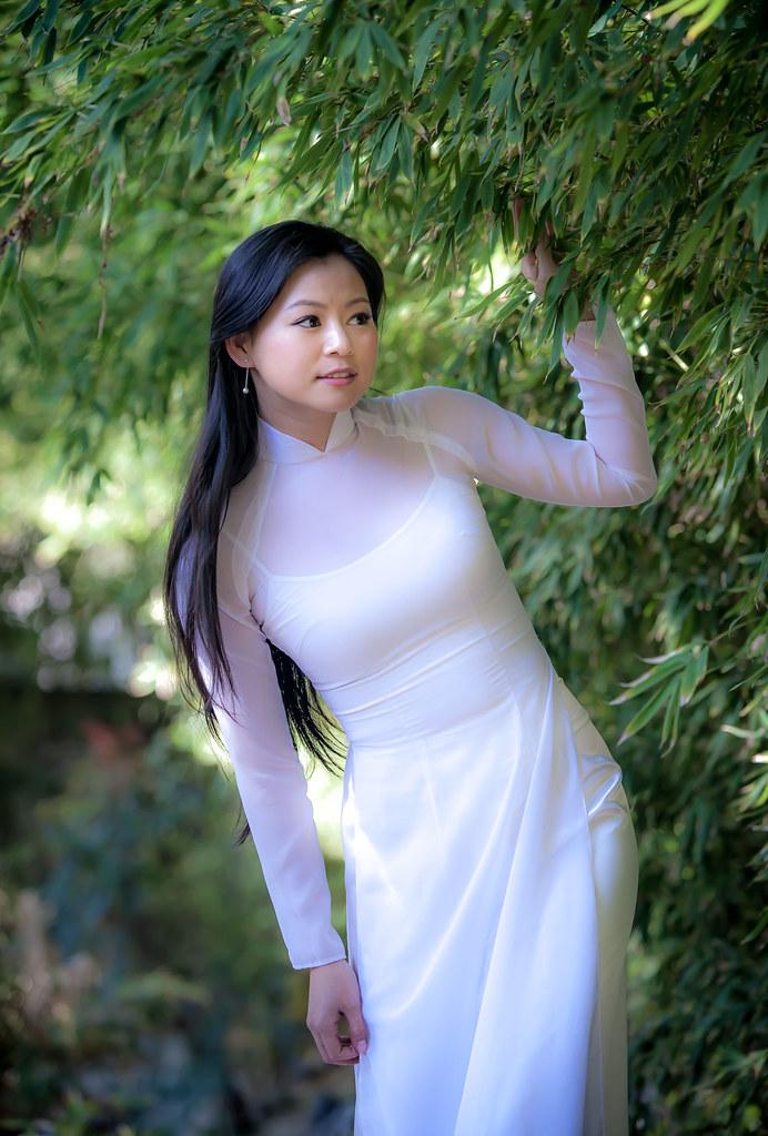 A Vietnamese Girl In Traditional Áo Dài | Chanh Nguyen
