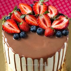 Шоколадная глазурь и ягодная шапочка на творожно-сливочном торте