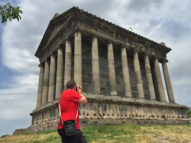Sele fotografiando el Templo de Garni (Armenia)