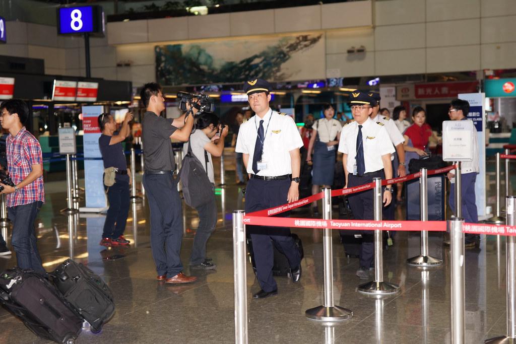 CI-108機組員步入桃機出境大廳。(攝影:王顥中)