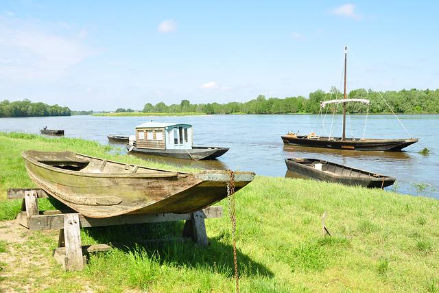In Chaumont-sur-Loire gibt es nicht nur ein sehenswertes Schloss ... hier haben mich auch die traditionellen Flachboote angelockt. Seit Jahrhunderten werden diese Flachboote an der Loire benutzt; aufgrund der zahlreichen Sandbänke bieten sie größere Sicherheit. Heute kann man sie sogar mieten: für eine romantische Ausfahrt (Ballade sur la Loire) zu zweit, mit der ganzen Familie oder für spezielle Events. An vielen Uferabschnitten bieten sie ein ganz typisches Loire-Bild. Auf meinen Fotos zeigt sich der Fluss bereits durch (ein harmloses) Hochwasser verbreitert, insgesamt liegt die Loire aber noch sehr idyllisch in der Landschaft. Bald jedoch wird sie sich aufgrund von Unwettern und Starkregen in einen reißenden und gefährlichen Strom verwandeln (Alarmstufe Orange bis Rot), der Überschwemmungen und schlimme Verheerungen anrichtet. Genießen wir also noch für ein kleines Weilchen den lieblichen und beschaulichen Anblick von Fluss und Flachbooten in der milden Frühlingssonne. Foto Brigitte Stolle Mai 2016