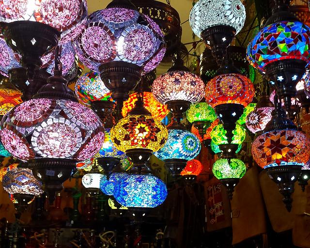Lámparas de colores de las teterías de la Calle Calderería Nueva