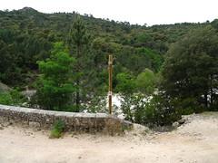 Poteau signalétique du Conseil Départemental vandalisé (indicateur de direction détruit)