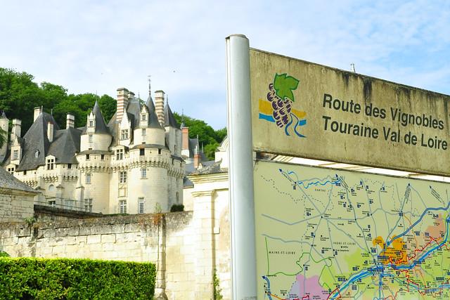Zu einem Schloss an der Loire (hier: Château d'Ussé) gehört natürlich ein Weinkeller. Es werden einige Weinflaschengrößen gezeigt: Bouteille (Normalflasche) - Magnum - Jeroboam - Methusalem - Balthazar (Balthasar). Nebenan herrscht ausgelassene Heiterkeit nach einer Wein-Degustation. Foto: Brigitte Stolle 2016