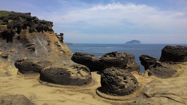 怪石嶙峋。遠眺湛藍碧海中的基隆嶼。攝影:林倩如。
