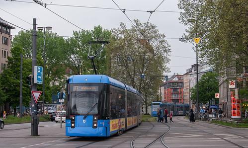 Wagen 2319 ist die erste Variobahn, die die Linie 17 unsicher macht. Hier wird der Sendlinger-Tor-Platz überquert.