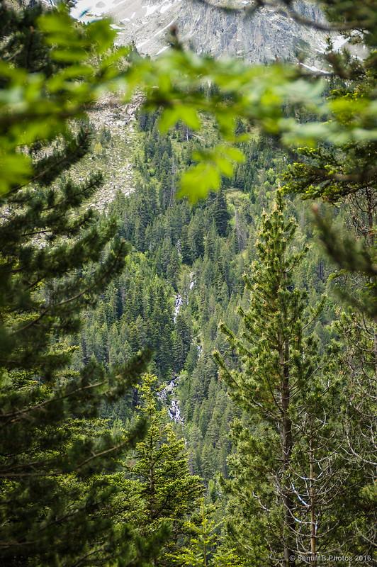 Cascadas en la otra orilla del lago