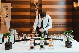 Preparando cócteles con whisky de Suntory.