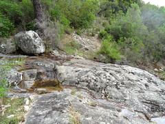 Sentier de Punta Piscia : traversée rocheuse de ruisseau