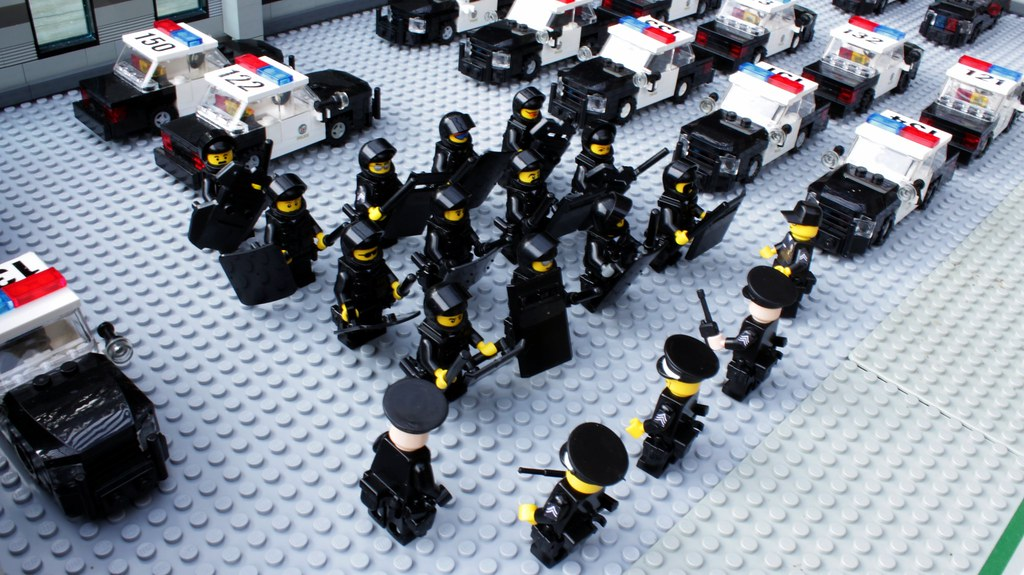 LEGO Police in Riot Gear | LEGO Police Officers equipped in ...