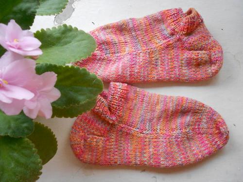 два носка в тени фиалки