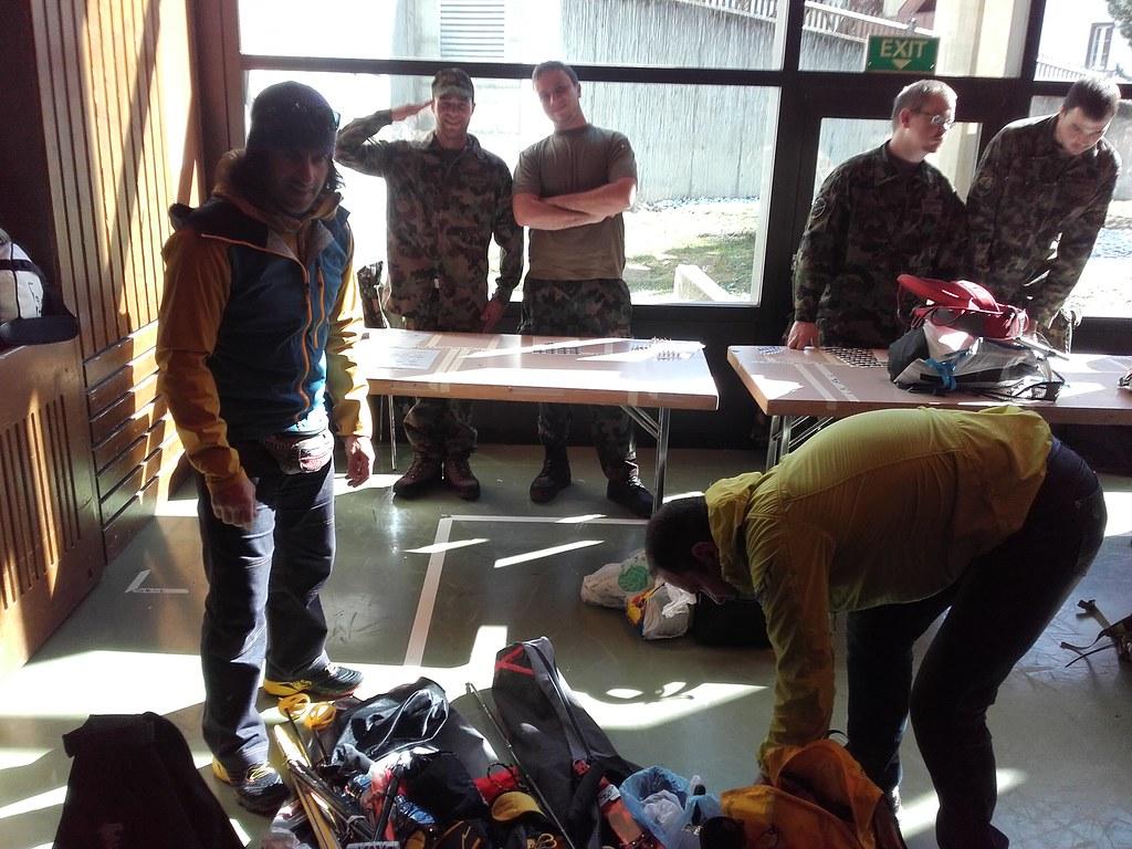 Ο τεχνικός έλεγχος των υλικών στο κλειστό γυμναστήριο του Zermatt