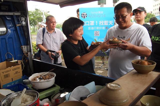 里長洪富賢說,大林蒲長期遭受土地和地下水污染,這碗肉燥飯他不敢吃。攝影:李育琴