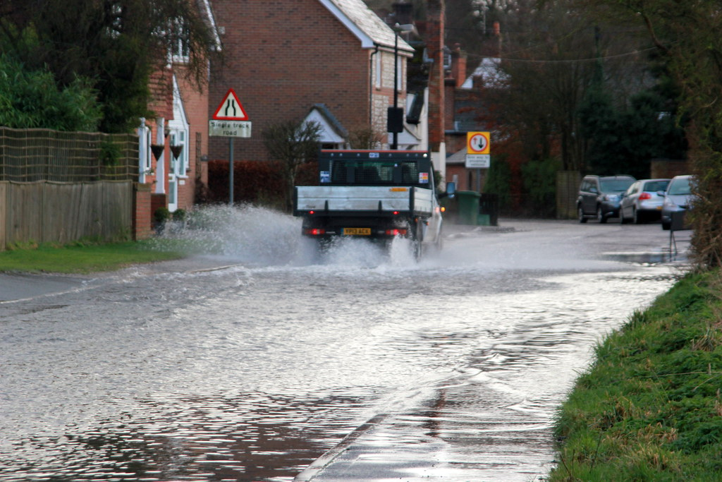 Idiot driving without due care through flood water in Abingdon ...