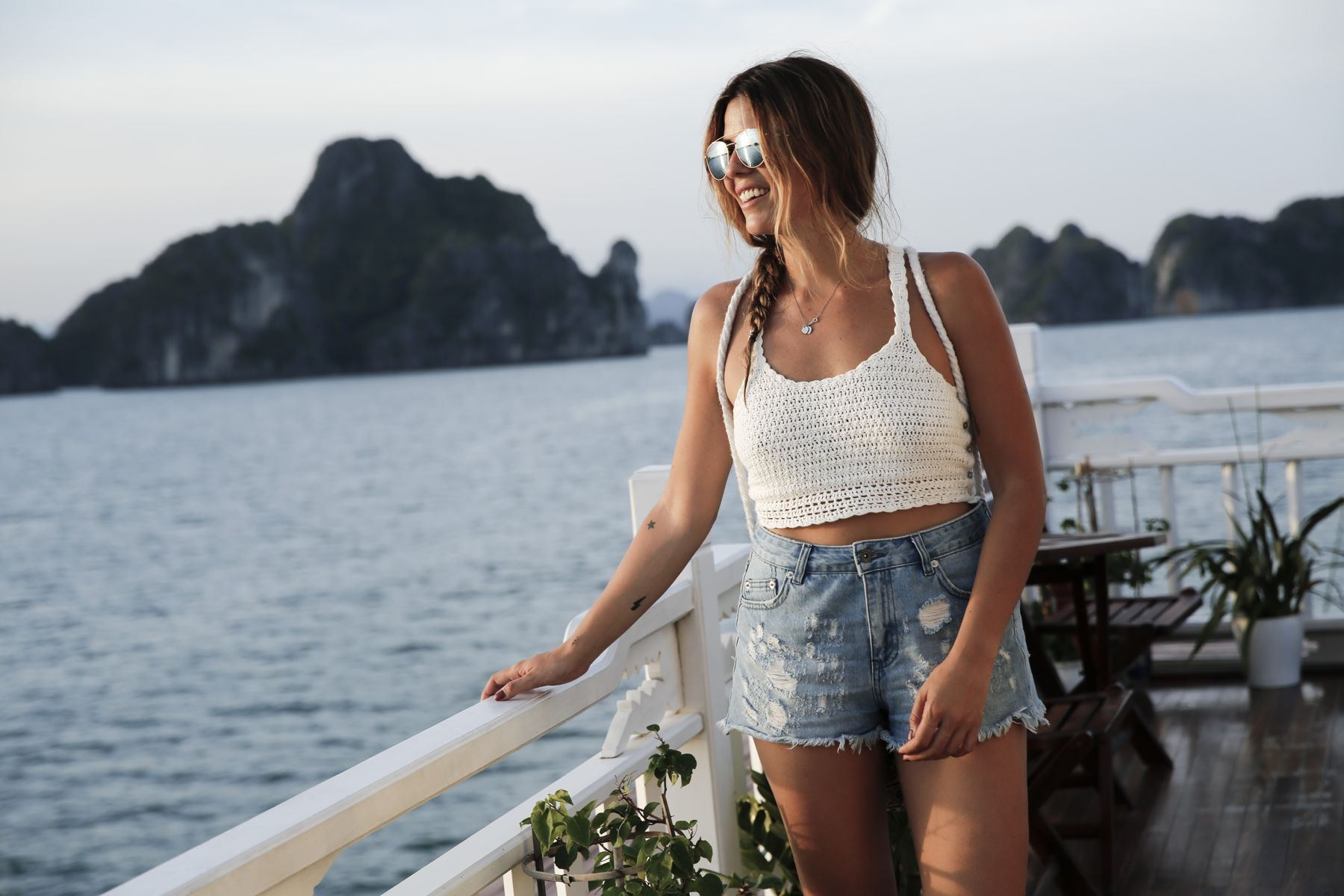halong bay bahia vietnam excursiones barco trendy taste summer outfit look havaianas shorts denim top crochet pull and bear sunglasses_14