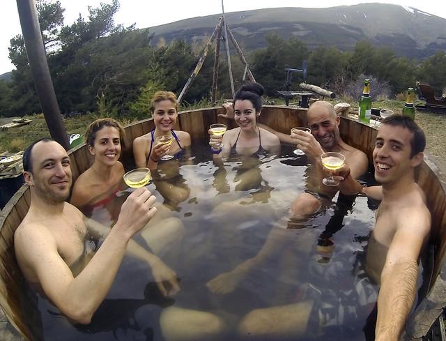 Todos en el hot tub en las Alpujarras con sidra y a 6 grados de temperatura