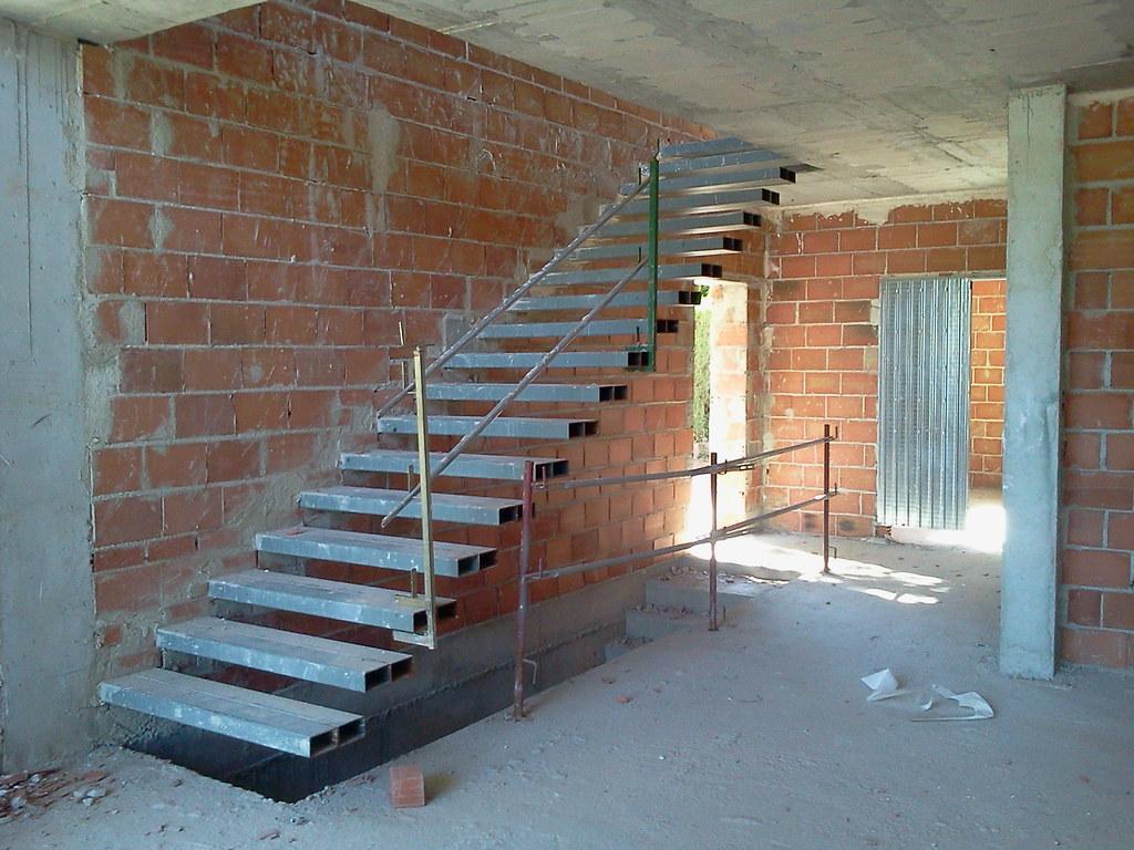 Escalera volada aretia edificaciones flickr for Escaleras retractiles