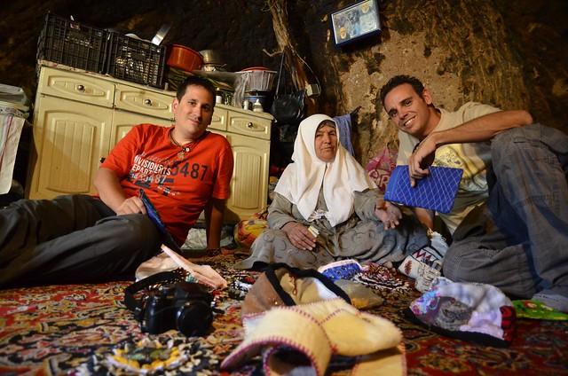 Sele e Isaac en una casa-cueva de Meymand (Irán)
