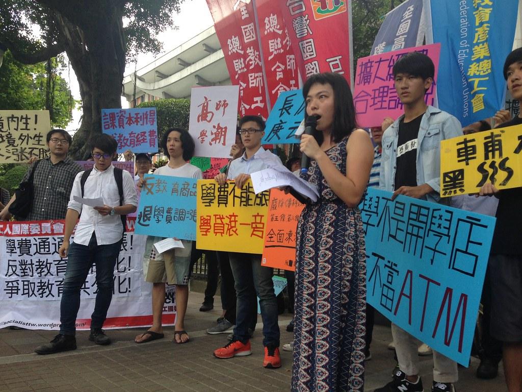 反教盟及各校學生成員前往教育部要求凍漲學費。(攝影:張宗坤)