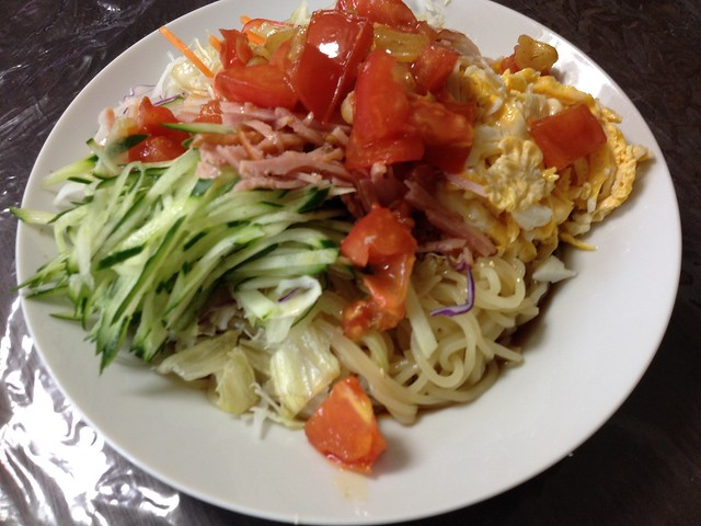 Cooling Chinese noodles of tomato and salad