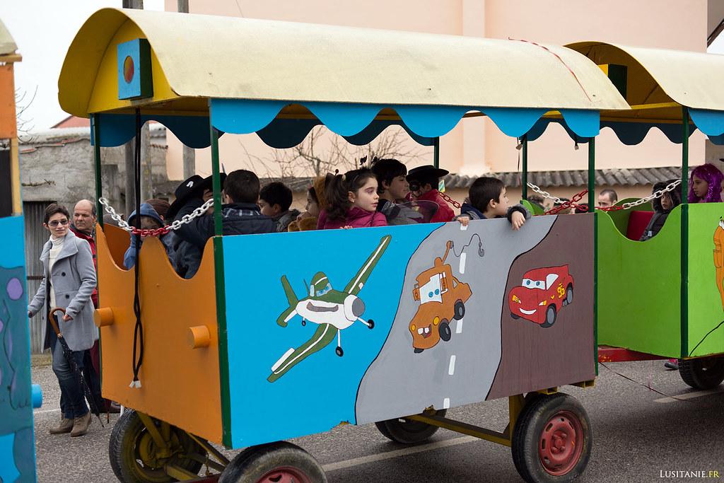 Enfants qui se régalent dans les wagons du petit train