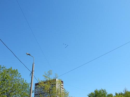 самолеты летят над двором