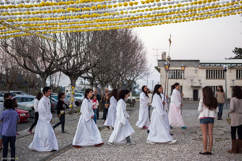 Le contraste entre la fille qui attend et les jeunes de la procession est saisissant…