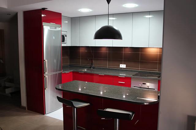 Dise o de cocinas en getafe rey rojo con gris clarito - Cocinas en negro ...