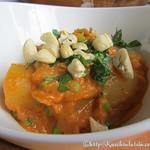 Erbsen und Kartoffeln in roter Curry-Sauce