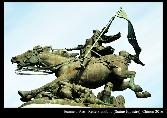 """Jeanne d'Arc, die """"Jungfrau von Orléans"""", französische Nationalheldin und Heilige der katholischen Kirche, geboren 1412 in Lothringen. Hier, in Chinon ist ihr ein Reiterstandbild auf dem Marktplatz und eine Abteilung im Museum gewidmet. 1429 fand im """"Château de Chinon"""" ihre Begegnung mit dem französischen König Karl statt. Sie konnte ihn davon überzeugen, dass er Orléans zu Hilfe eilen und ihr das Kommando über eine Armee überlassen sollte, um die Engländer aus Frankreich zu vertreiben. Johanna von Orléans starb 1431 im Alter von 19 Jahren in Rouen auf dem Scheiterhaufen. Foto Brigitte Stolle 2016"""