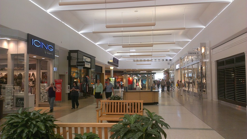 The Apache Mall consist of a large food court with names like A&W,Subway,Arby's,Taco Bell and Sbarro Pizza, and over 60 shopping centers with names like SEARS 3/5(16).