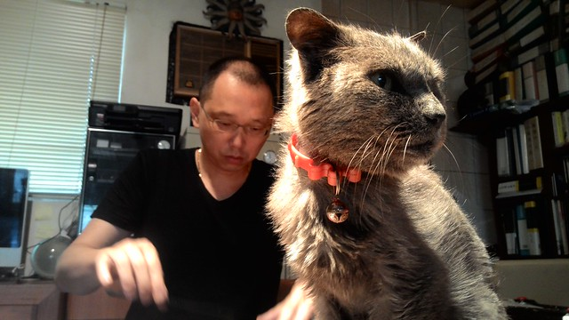 姚瑞中與家貓摩卡。攝影:林倩如。