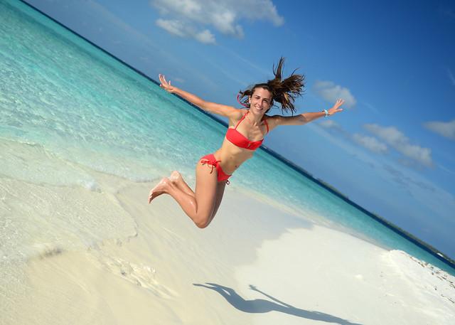 Saltando en el aire en la orilla de nuestra isla desierta llamada Odagalla