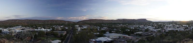 Pemandangan bandar Alice Springs ketika matahari terbenam by kakitravel365