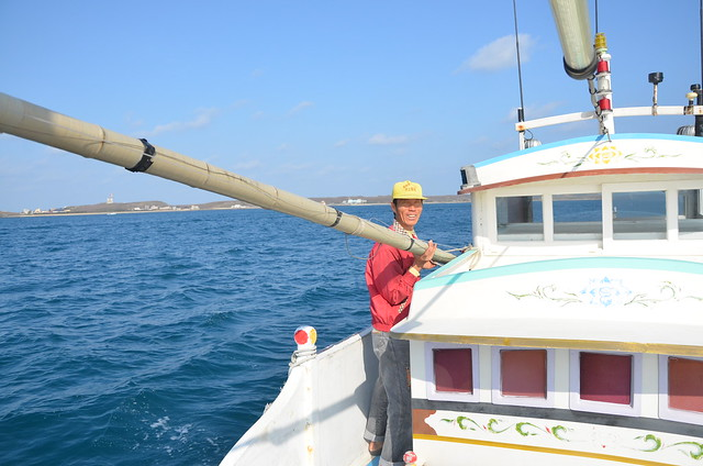 拖釣漁人 陳文龍在準備拖釣作業