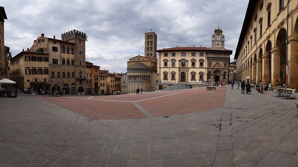 Piazza Grande-Al fondo la Fraternitá dei Laici y Santa Mª della Pieve