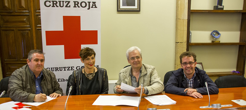 Urruzuno, Archeli, Totorika y Abascal en la firma entre Cruz Roja y el Ayuntamiento de Ermua
