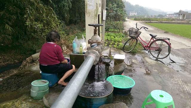 北坑湧泉在美濃龍肚的使用紀錄,已經無從查證,因為問到的每個人都說,「以前我們祖先,就用這個水灌溉田地和洗衣服了!」照片來源:李慧宜。