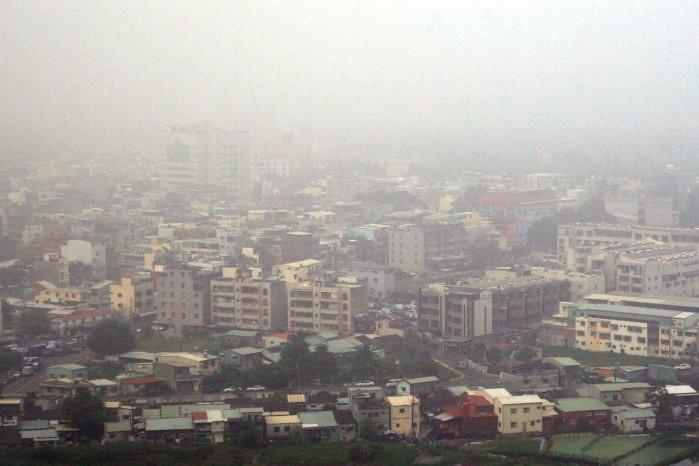 台灣秋冬空污越趨嚴重。圖為左營空污。本報資料照。圖片提供:黃裕文。