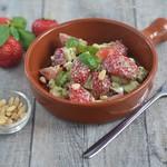 Erdbeeren mit Mozzarella und Pinienkern-Basilikum-Dressing