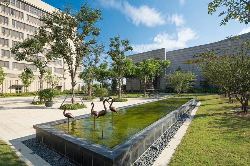 Garden Rectangular Fountain With Bird Statuette At The Cro U2026