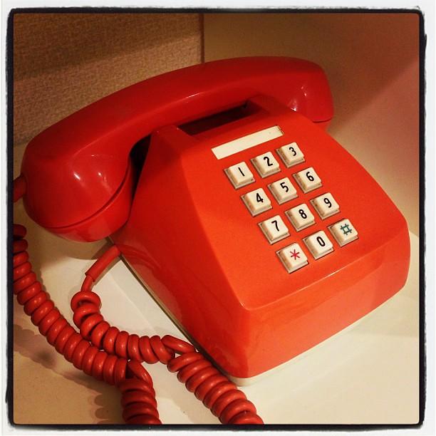 電話の象徴、電電公社600-P型電話機、通称プッシュホン。高度なエルゴノミクスデザイン、40年経っても色褪せない高品質な樹脂材料、音の良さ、堅牢性。どれを取っても見事な最高の昭和プロダクト。元気に稼働中です。